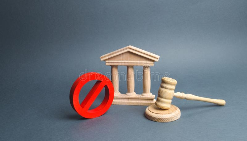 Tribunal con el mazo y la muestra del juez NO concepto de censura y la producción de restricciones y de leyes sobre la restricció imágenes de archivo libres de regalías