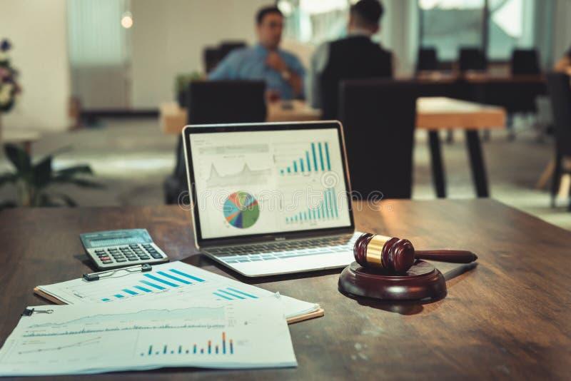 Tribunal de Justiça, conceito da lei e da regra, martelo do juiz e folhas de dados do documento na tabela imagens de stock
