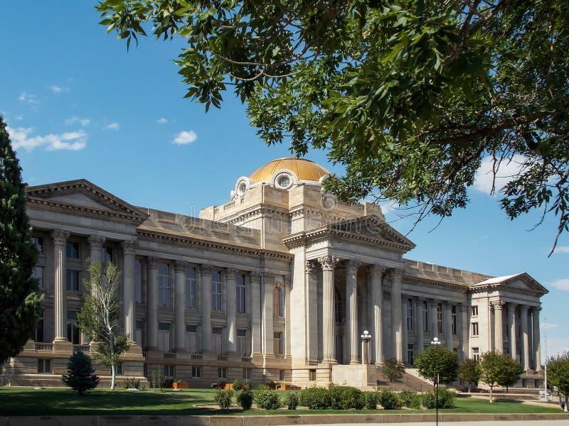 Tribunal del condado en la primavera fotos de archivo libres de regalías