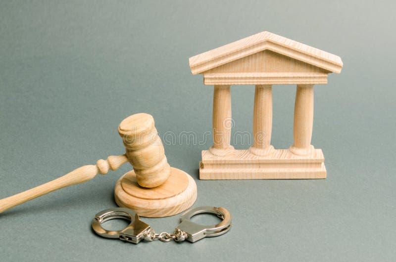 Tribunal e algemas O conceito da corte Senten?as em umas causas penais justi?a O sistema judicial Poder legal imagens de stock royalty free