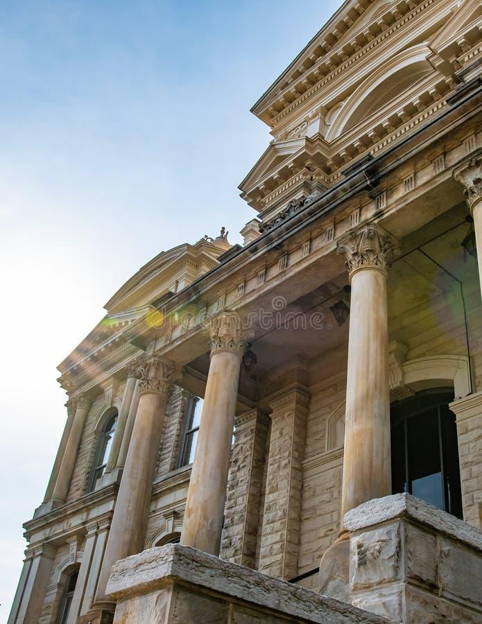 Tribunal histórico que olha acima - o vertical fotografia de stock royalty free