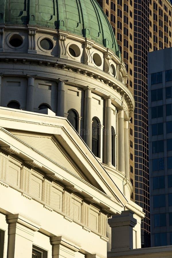 Tribunal histórico velho do Capitólio que constrói em volta do telhado da abóbada com construções modernas da arquitetura no fund fotos de stock royalty free