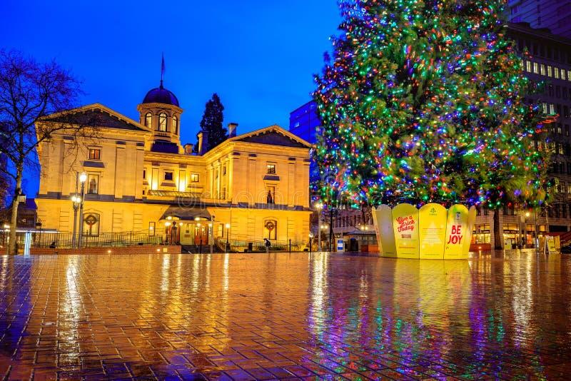 Tribunal pionnier avec l'arbre de Noël une nuit d'hiver pluvieux photos stock