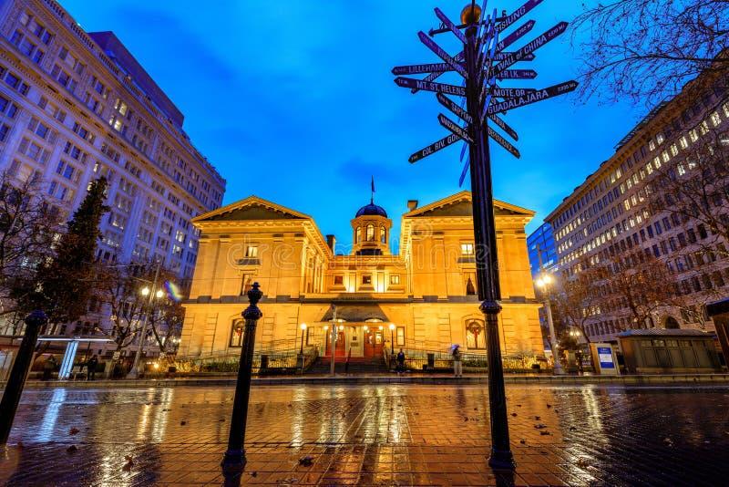 Tribunal pionnier une nuit d'hiver pluvieux images libres de droits