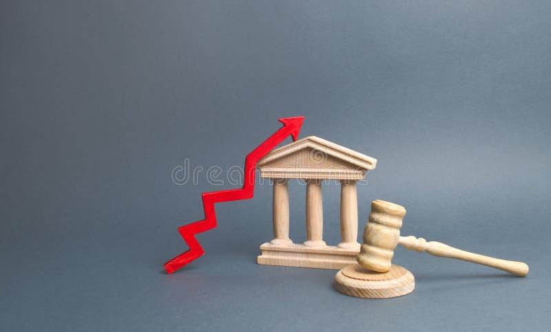 Tribunale e rosso sulla freccia miglioramento dell'efficienza del sistema giudiziario, della trasparenza e dell'imparzialità Alto immagini stock