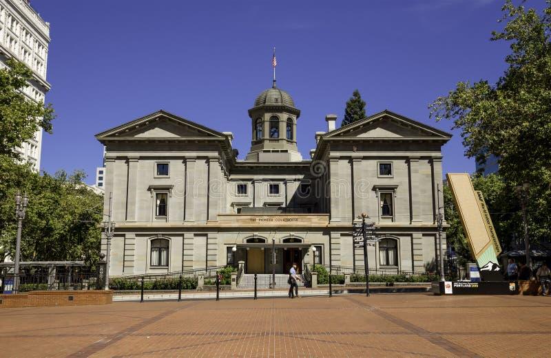 Tribunale pionieristico, pedone che cammina nella parte anteriore, Portland, Oregon, U.S.A. 7/5/2015 fotografia stock