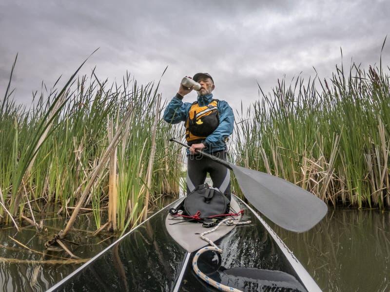 Tribune die omhoog op een meer in Colorado paddelen stock afbeeldingen