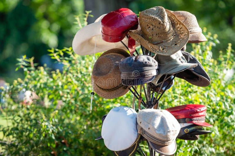Tribune met hoeden in de ambachtenmarkt royalty-vrije stock foto's