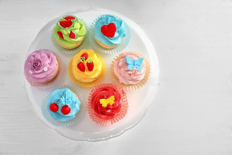 Tribune met mooie cupcakes royalty-vrije stock foto's