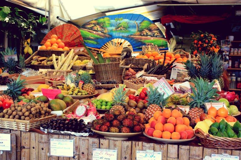 Tribune met vruchten op Viktualienmarkt München, Duitsland - 20 06 2015 stock fotografie