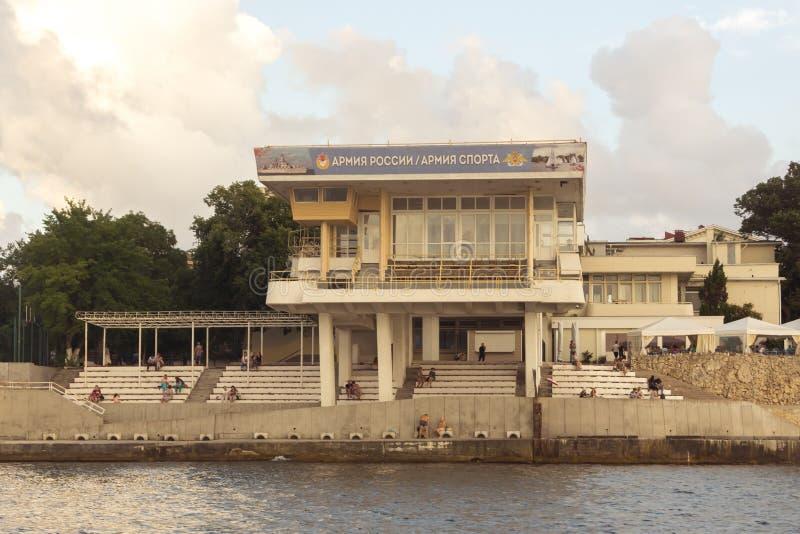 Tribune om de zeeparade op de dijk van Sebastopol te bekijken royalty-vrije stock foto