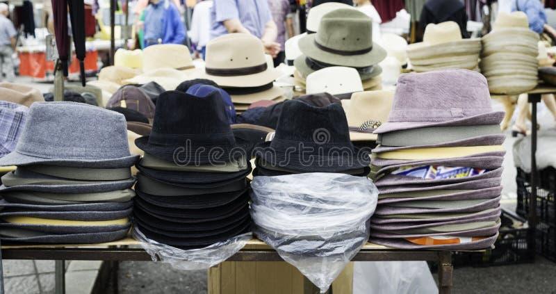 Tribune van een straatmarkt met hoeden en bonnetten voor verkoop stock afbeelding
