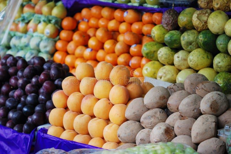 Tribune van vruchten bij straatvoedsel in Mexico royalty-vrije stock afbeeldingen