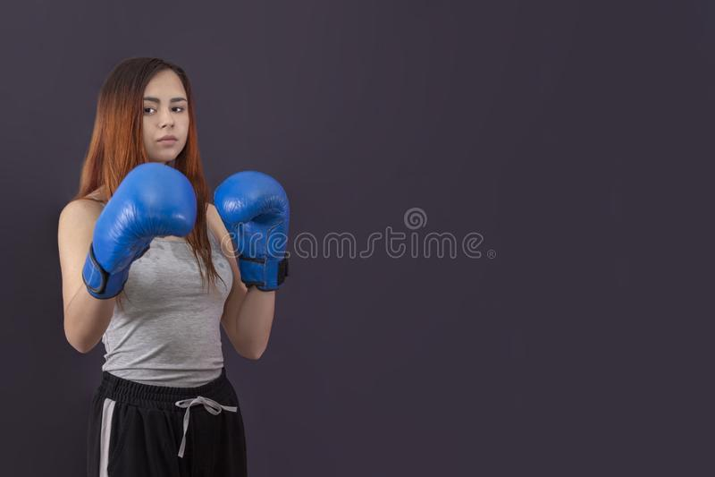Tribunes van de het meisjesbokser van vrouwen de in dozen doende in bokshandschoenen stock afbeelding
