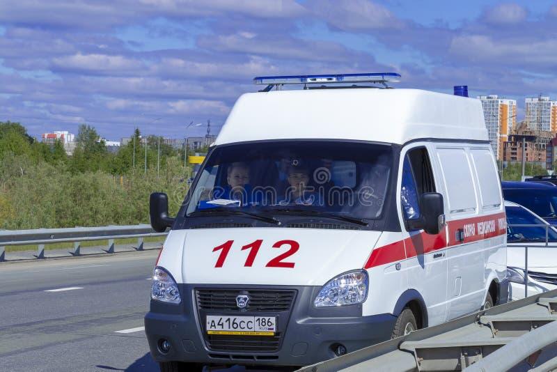 112 tribunes van de ziekenwagenauto op de weg Front View stock afbeelding