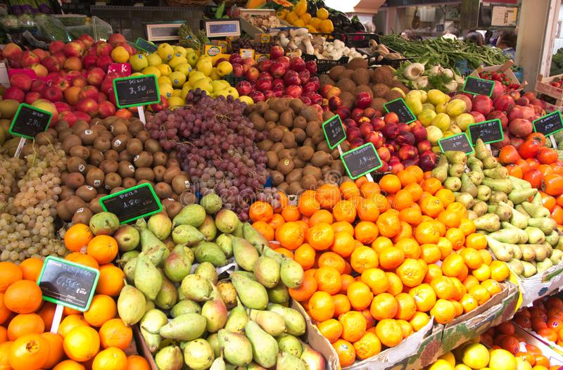 Tribuneshoogtepunt van verse vruchten bij lokale groentehandelaars stock foto's
