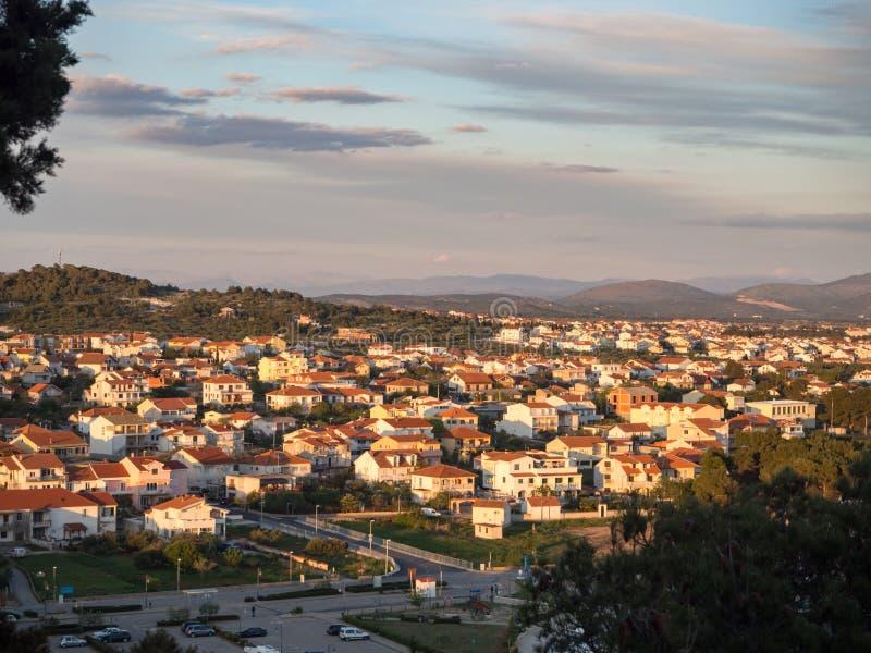 Tribunj, Kroatië, Middellandse Zee dorp en mariene haven tijdens zonsondergang royalty-vrije stock afbeeldingen