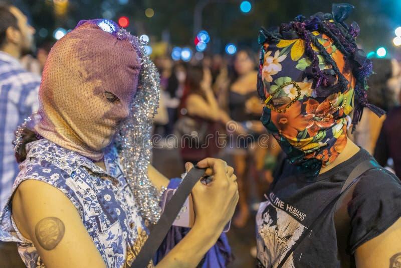 Tribus urbanas de las muchachas feministas con las máscaras árabes del burka durante la protesta del día de las mujeres en las fotografía de archivo libre de regalías