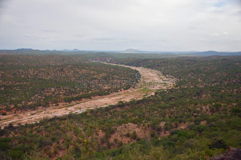 Tributaire sec de canal de la rivière du Limpopo et du terra environnant photographie stock libre de droits