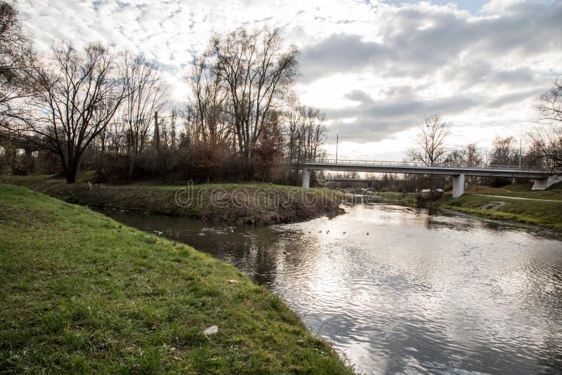 Tributario de los ríos de Ostrvica y de Lucina en la ciudad de Ostrava en República Checa imagen de archivo
