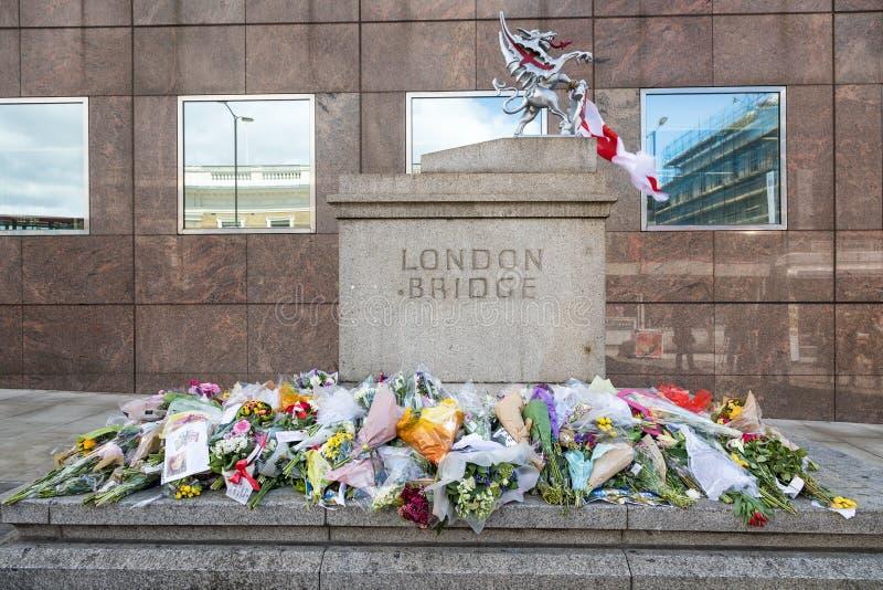 Tributo da ponte de Londres às vítimas do terrorista fotografia de stock royalty free