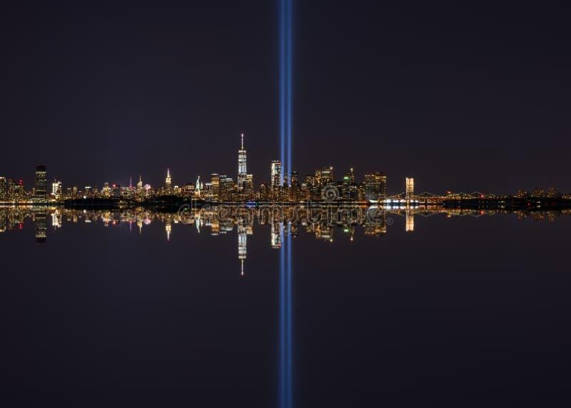 Tributo de Manhattan em reflexões de espelho claras fotos de stock royalty free