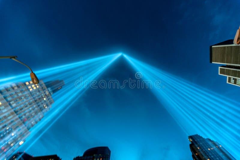 Tributo em feixes luminosos do memorial leve. fotografia de stock royalty free