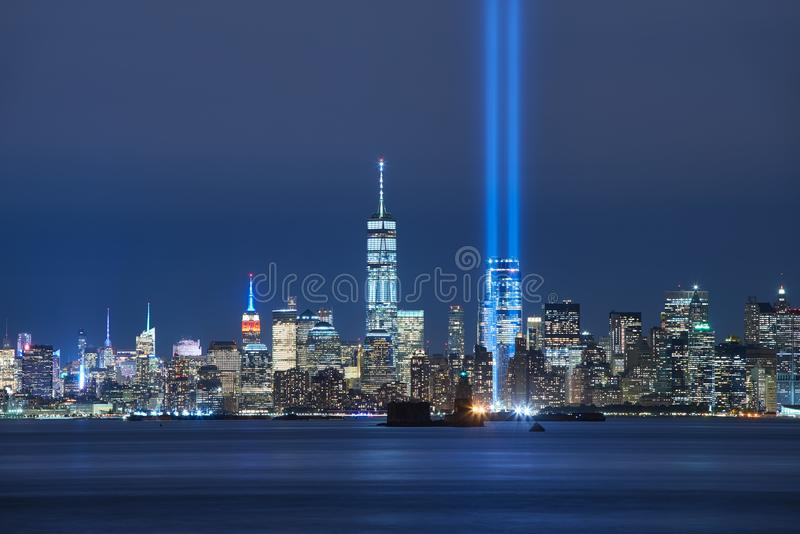 Tributo en luz con skycrapers del Lower Manhattan en la noche del puerto de Nueva York New York City foto de archivo