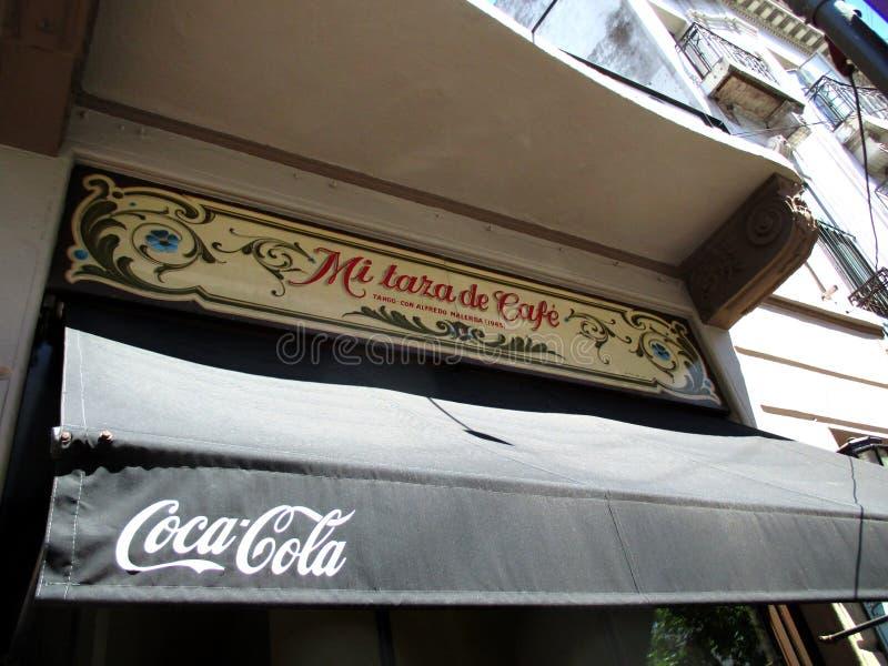 Tributo enfaixado pitoresco ao tango MI Taza de Café de Argentina e abaixo disso de Coca Cola Avenida San Juan e de Boedo Buenos foto de stock