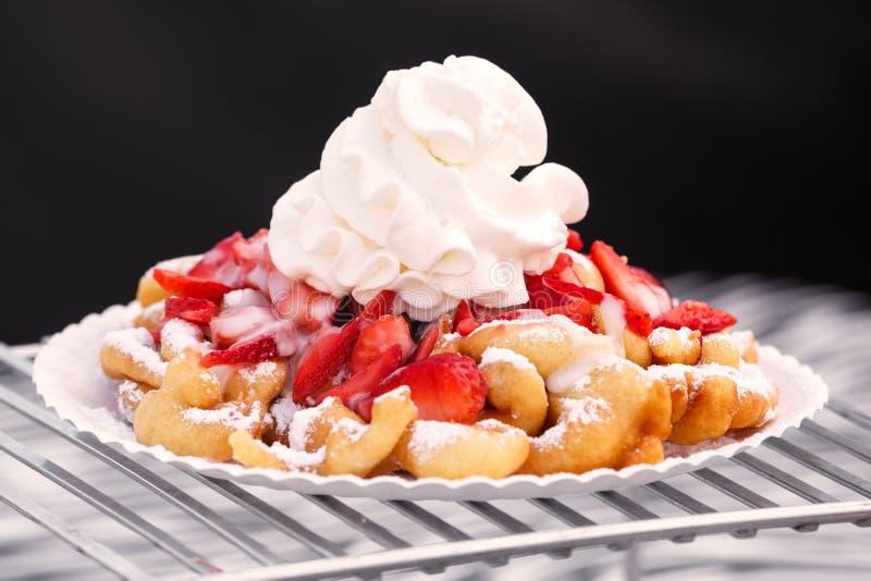 Trichter-Kuchen mit Erdbeeren und Schlagsahne stockfotografie