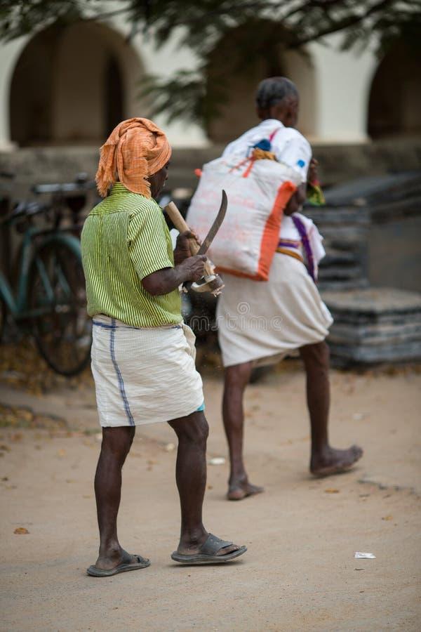 TRICHY INDIA-FEBRUARY 14: Indisk arbetare på Februari 14, 2013 in fotografering för bildbyråer