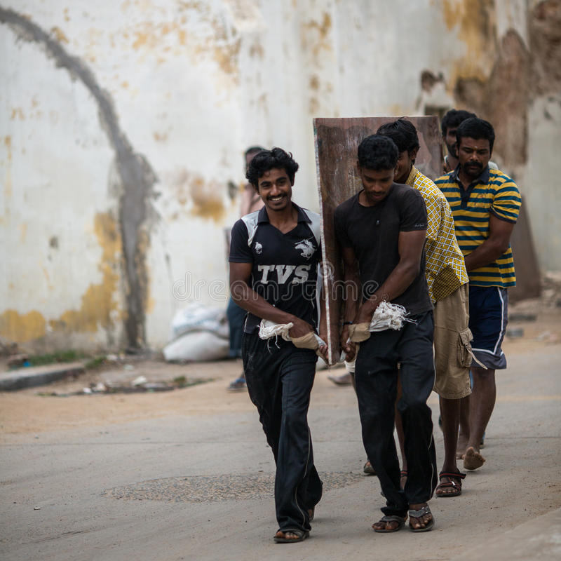 TRICHY INDIA-FEBRUARY 14: Indisk arbetare på Februari 14, 2013 in arkivfoton