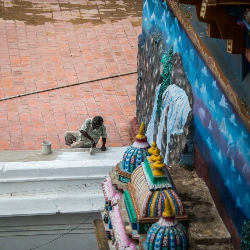 TRICHY, LA INDIA 14 DE FEBRERO: Trabajador indio el 14 de febrero de 2013 adentro foto de archivo libre de regalías