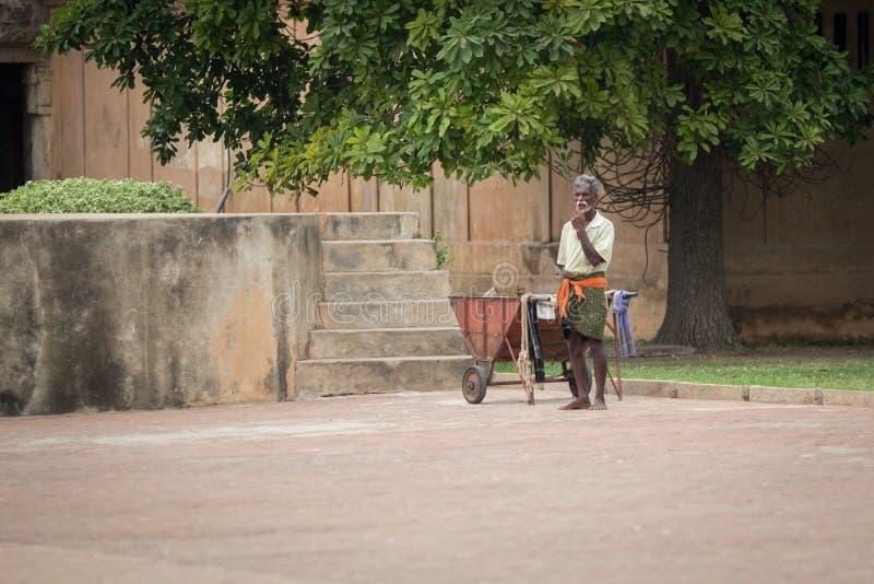 TRICHY, LA INDIA 14 DE FEBRERO: Trabajador indio el 14 de febrero de 2013 adentro fotografía de archivo libre de regalías