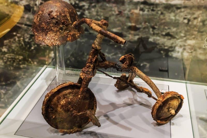 Tricicle van een jong slachtoffer in de Vredes Herdenkingsmuseum van Hiroshima stock afbeeldingen