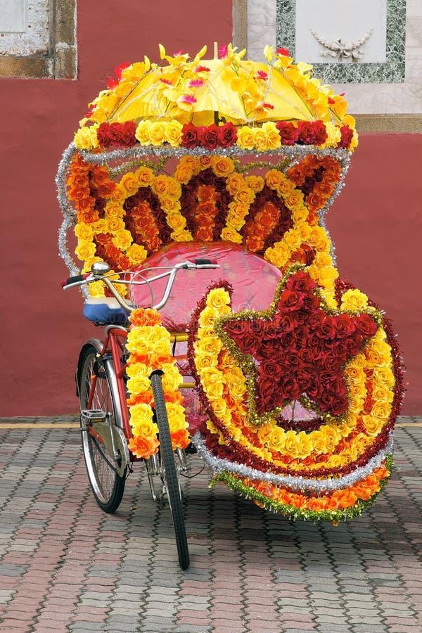Triciclo decorato con i fiori di seta fotografie stock