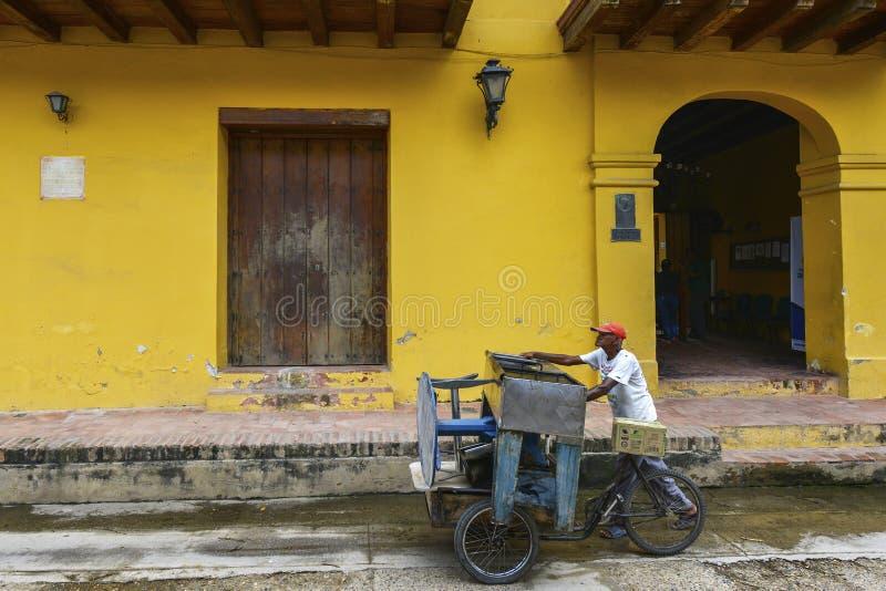 Triciclo em uma rua de Mompox, Colômbia fotos de stock royalty free