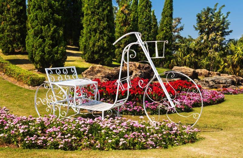 Triciclo no projeto do jardim imagens de stock royalty free