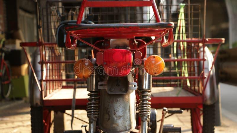Triciclo rosso d'annata - motocicletta fotografia stock