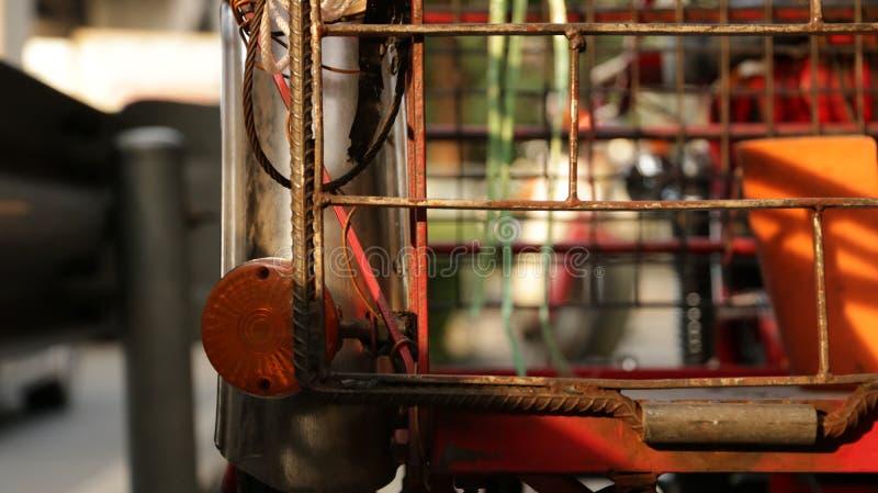 Triciclo rosso d'annata - parte anteriore della motocicletta immagine stock libera da diritti