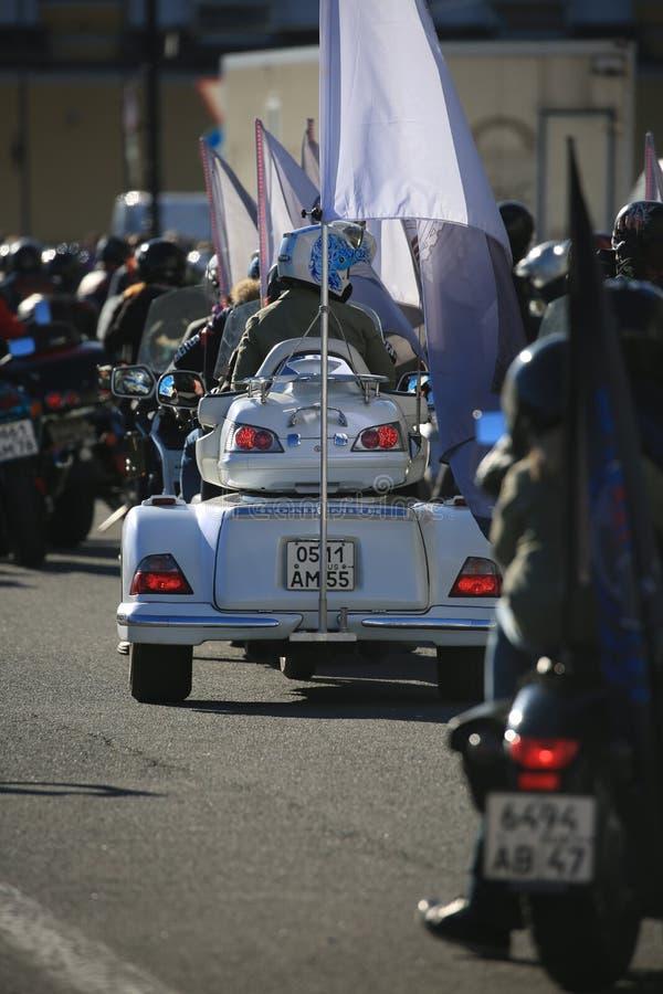 Triciclo in una colonna delle motociclette che attende inizio un giorno soleggiato Vista posteriore fotografia stock libera da diritti