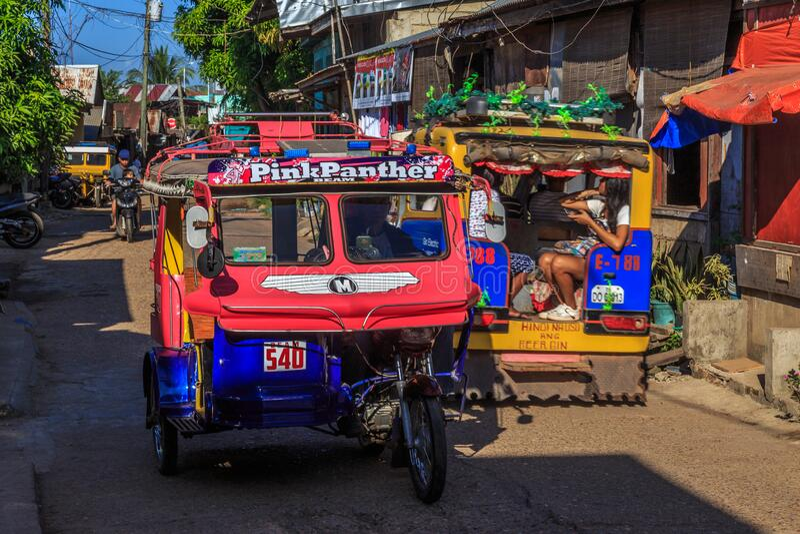 Triciclos coloridos en las calles de Corón fotografía de archivo libre de regalías