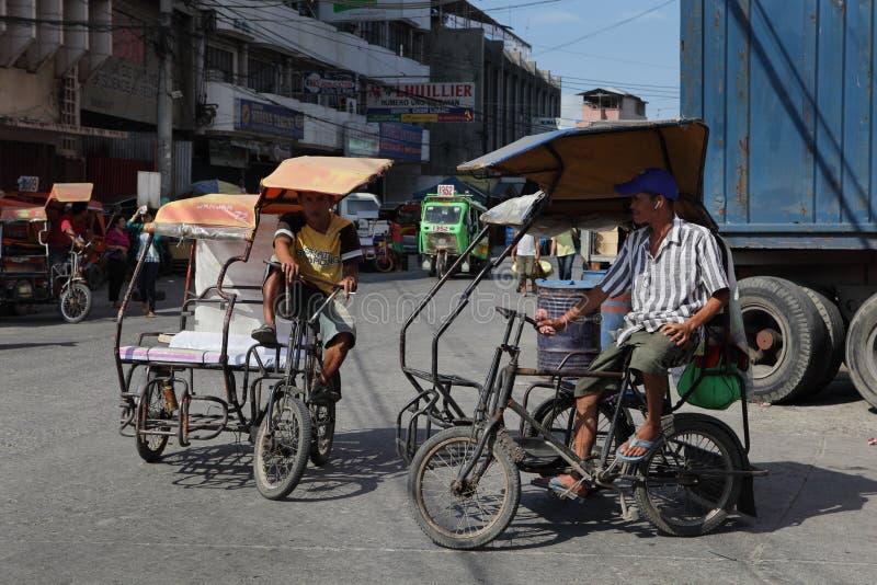 Triciclos Southeast-Asian na rua urbana foto de stock