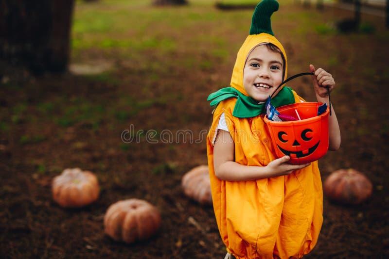 Trick des kleinen Mädchens oder Behandlung auf Halloween lizenzfreie stockfotografie