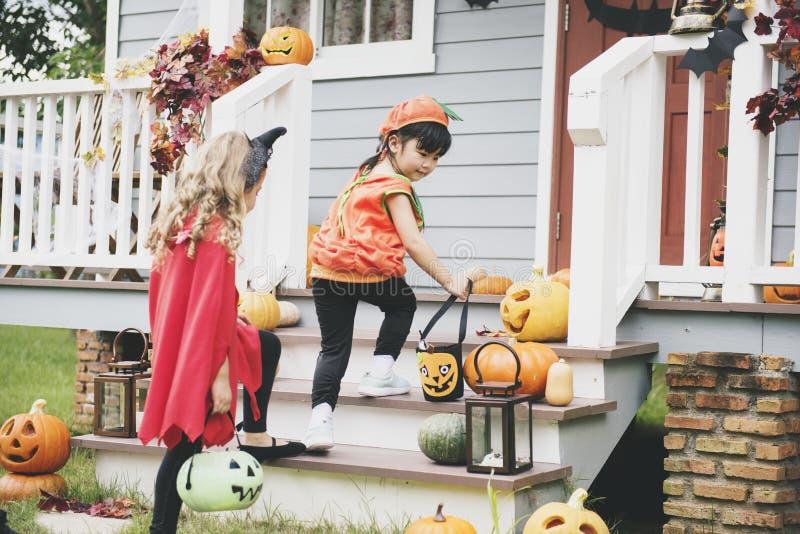 Trick eller behandling för små barn royaltyfri foto