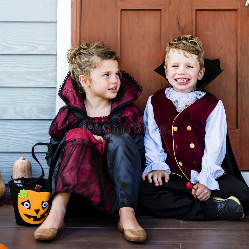Trick eller behandling för små barn royaltyfria bilder