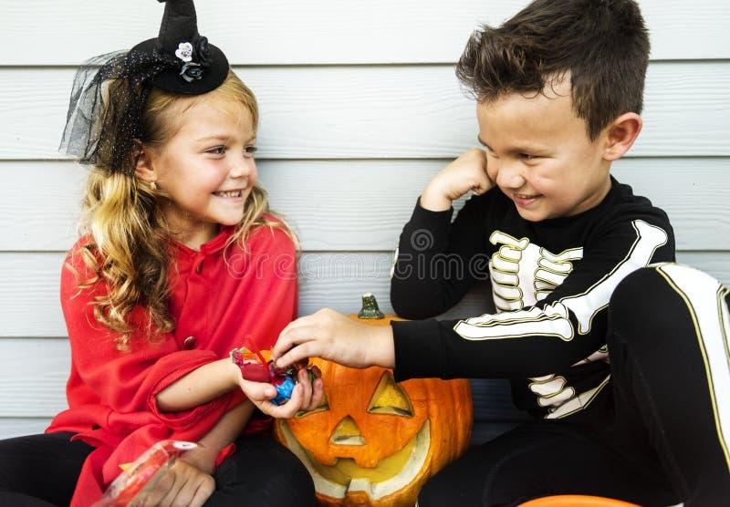 Trick eller behandling för små barn arkivbild