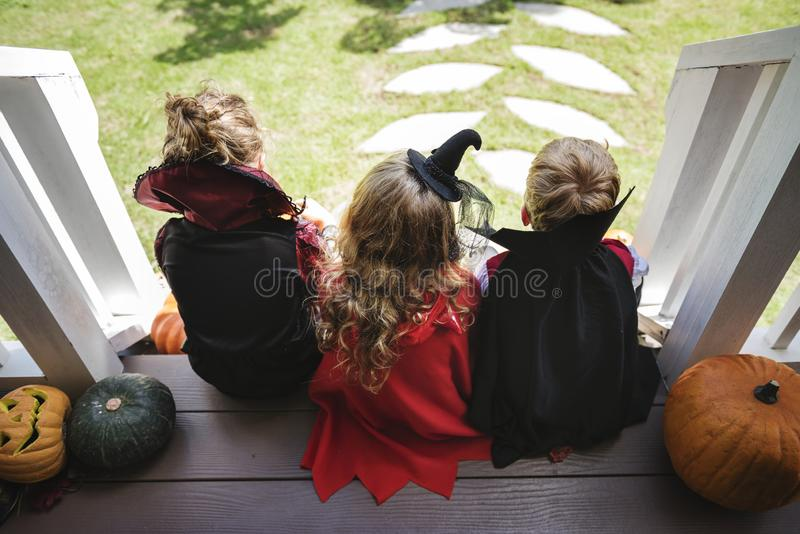 Trick eller behandling för små barn arkivfoton