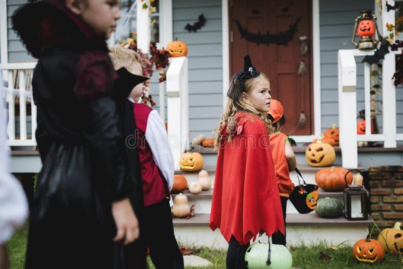 Trick eller behandling för små ungar royaltyfri foto