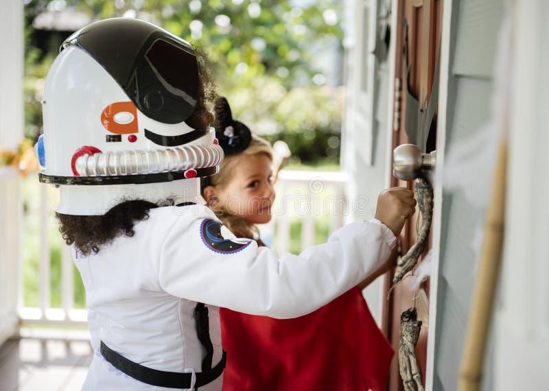 Trick eller behandling för små ungar fotografering för bildbyråer
